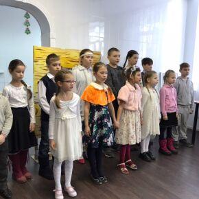 Воспитанники новосибирской воскресной школы поздравили постояльцев приюта с Крещением