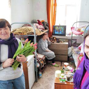 Жительниц социальных гостиниц поздравили с Днем весны